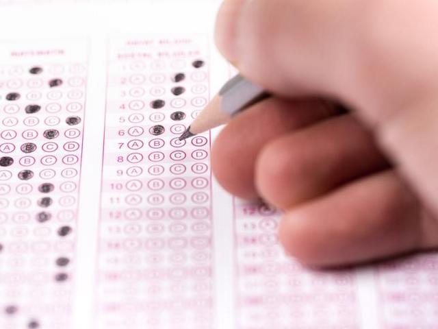 「2ランク下まで受験」で中堅私大に集中 大学入試「定員厳格化」の呪縛